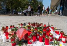 Kerzen am Tatort einer folgenschweren Messerstecherei: Gestern blieb es ruhig in Chemnitz, doch schon heute drohen neue Ausschreitungen.