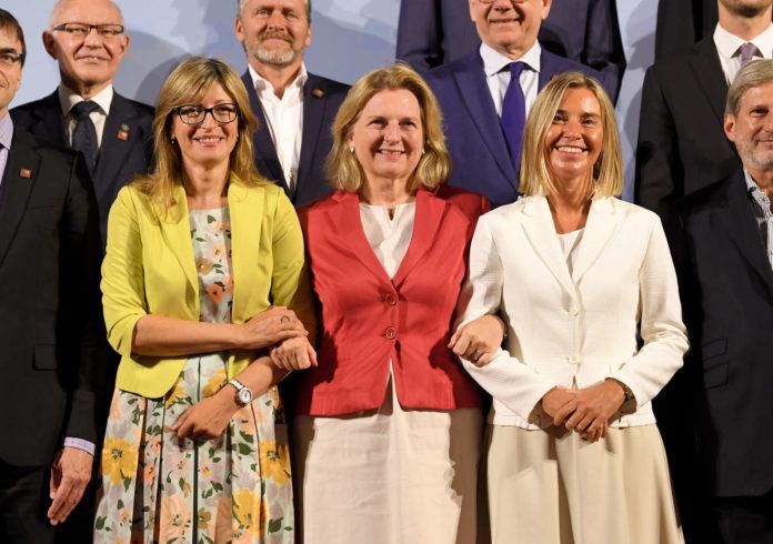 Das obligate Familienfoto beim Wiener EU-Außenministerrat: Im Vordergrund (von rechts) Bulgariens Außenministerin Zaharieva, Kneissl und EU-Außenbeauftragte Mogherini.