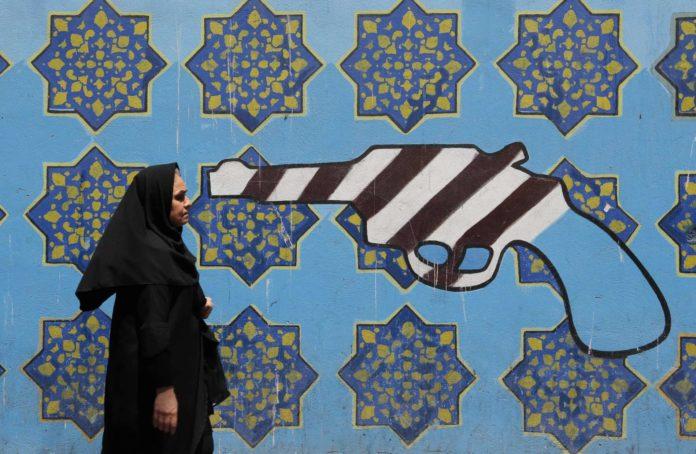 Trump setzt dem Iran die Pistole an: Ein symbolträchtiges Graffiti an der Mauer der frühreren US-Botschaft in Teheran.