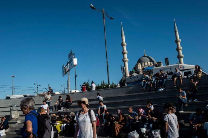 Der Verfall der türkischen Lira macht den Urlaub im Land am Bosporus für ausländische Gäste billiger.