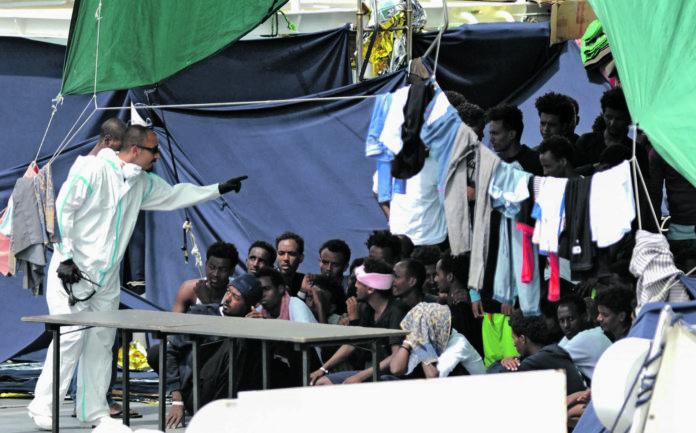 Die afrikanischen Migranten duften nach zehn Tagen von Bord gehen.