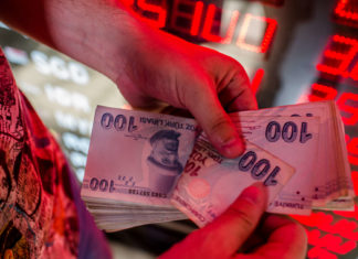 Die türkische Lira hat seit Jahresbeginn 40 Prozent an Wert verloren, die Nationalbank und die Staatsführung kämpfen jeweils mit ihren Mitteln gegen den Verfall.