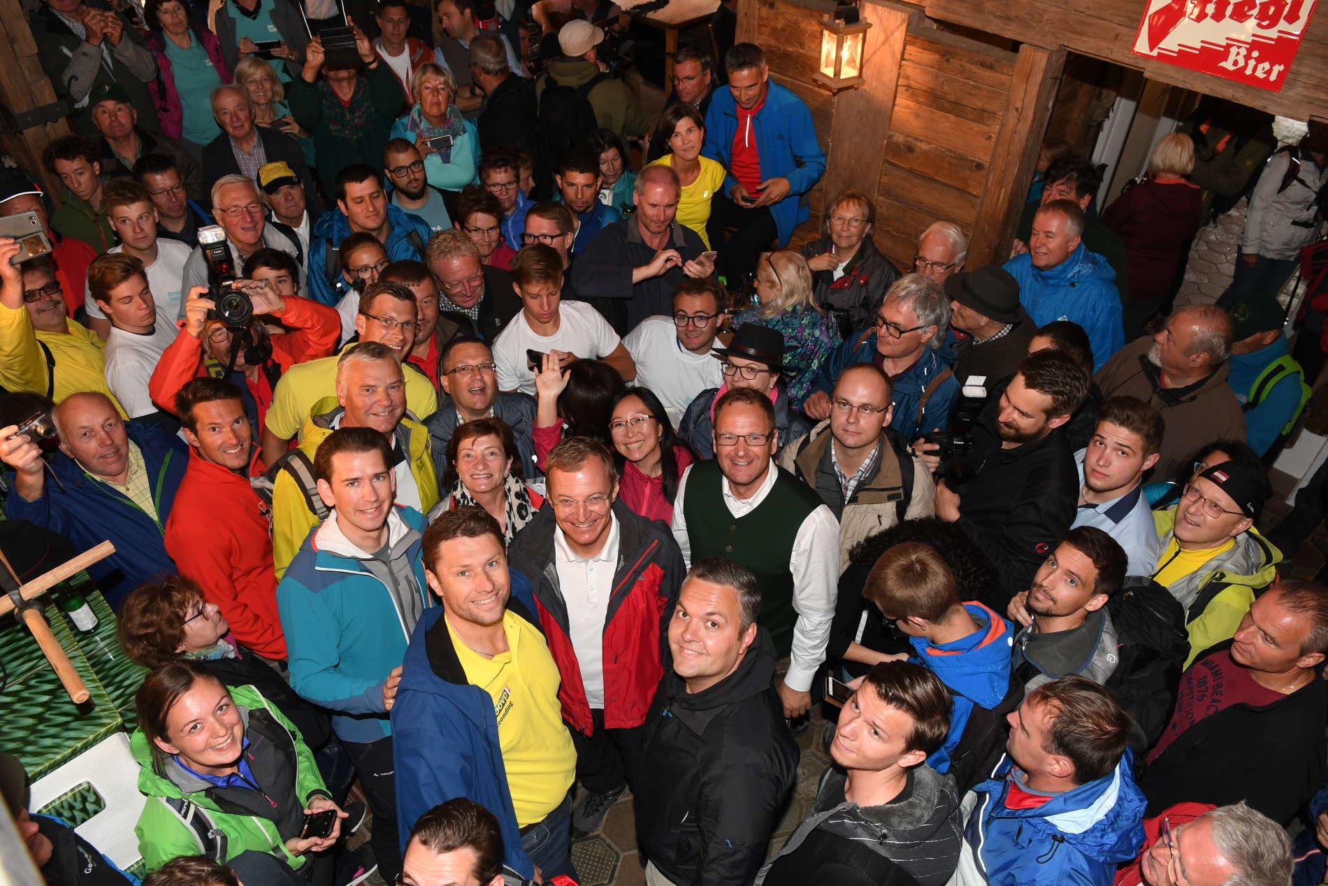 Rund 1500 Menschen jeden Alters waren am Samstag bei der Bergauf-Tour mit Bundeskanzler Sebastian Kurz und LH Thomas Stelzer am Kasberg in Grünau dabei. Kurz war ein Dach über dem Kopf in der Sonnalm gut gegen den Regen, doch der Wettergott hatte letztlich ein Einsehen, Hundertschaften machten sich auf den Weg zum Hochberghaus.