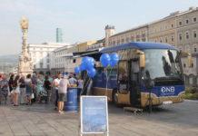Reges Treiben um den Euro-Info-Tourbus, der gestern in der oö. Landeshauptstadt nicht nur zum Geldwechseln stehen blieb.
