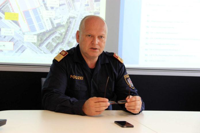 Oberst Johannes Prager im Lageraum der Landespolizeidirektion OÖ, wo er mit einem Stab von 20 Personen den Großeinsatz am 17. und 18. September leiten wird.