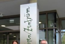 Beim BSZ Eggelsberg wird man schon mit Kunst empfangen: SHV-Obmann Georg Wojak und SHV-Geschäftsführerin Karin Altmüller flankieren die Säule mit dem vom Linzer bildenden Künstler Johann Jascha entworfenen Schriftzug.
