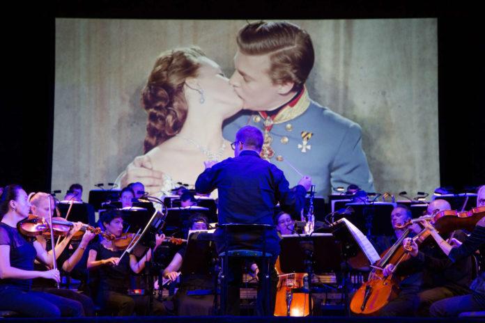 Ein Kuss, der in die Filmgeschichte eingegangen ist und ein Orchester, in Überform unter Marius Burkert.