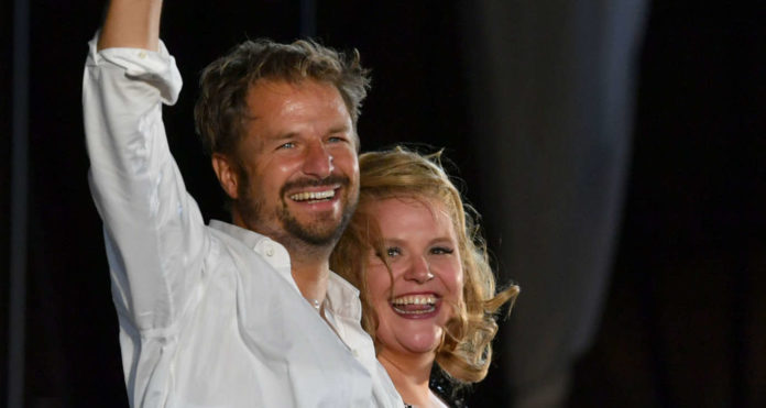 """Philipp Hochmair (mit Buhlschaft Stefanie Reinsperger) überraschte und überzeugte, als er kurzfristig für Tobias Moretti (kl. Bild) im """"Jedermann""""einsprang."""