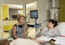 Richterin Maye (Emma Thompson) muss über das Schicksal von Adam Henry (Fionn Whitehead) entscheiden.