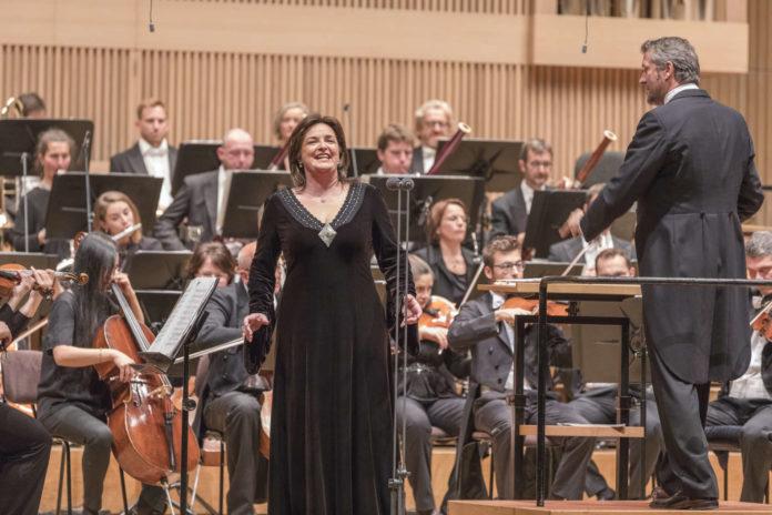 Solistin Ricarda Merbeth und das Bruckner Orchester