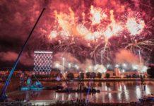 Großes Finale bei La Fura dels Baus mit einem Netz aus Menschen in höchsten Höhen und einem grandios abgestimmten Feuerwerk.