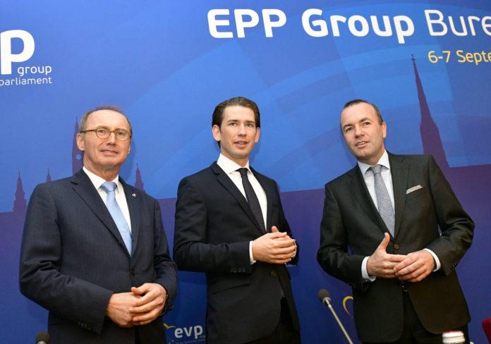 Spitzenkandidaten in spe: Karas (l.) könnte die ÖVP in die EU-Wahl führen, Weber (r.) die EVP. Kanzler Kurz legte sich schon auf den CSUler, noch nicht auf den Parteifreund fest...