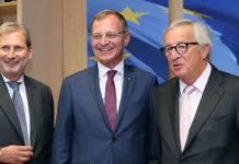 LH Stelzer mit EU-Kommissar Günther Oettinger.Gespräch unter Freunden (v. l.): EU-Kommissar Johannes Hahn, OÖ-Landeshauptmann Thomas Stelzer und EU-Kommissionspräsident Jean-Claude Juncker.Gmundner Keramik überreichte LH Thomas Stelzer (l.) gemeinsam mit MEP Othmar Karas (ÖVP) als Gastgeschenk aus Oberösterreich an die Vizepräsidentin des Europäischen Parlaments Maired McGuinness.