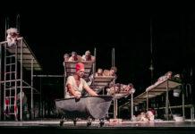 Marat (Alexander Hetterle, M.), Sade (Lutz Zeidler, l) und das Volk spielen Theater.