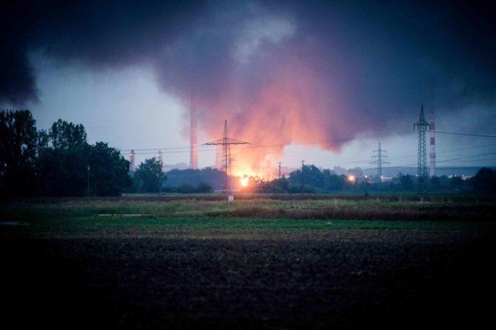 Noch unklar ist, warum auf dem Gelände der Bayernoil-Raffinerie in Vohburg mehrere Tanks explodiert sind und es in der Folge zu einem Großbrand mit zehn Verletzten gekommen ist.