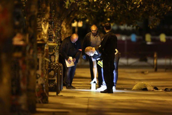 Polizisten ermittelten nach dem Angriff am Tatort im 19. Arrondissement.