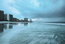 Freiwillige halfen dabei, Kinder in James City im Bundesstaat Florida aus ihrem überfluteten Heim in Sicherheit zu bringen.Viele Küstenorte – im Bild Myrtle Beach in South Carolina – glichen Geisterstädten. Obwohl sich der Hurrikan nach dem Auftreffen auf Land nur langsam weiterbewegt, dürfte er laut Experten bis zu 36 Stunden eine ernsthafte Bedrohung bleiben.