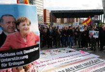 """Unentspannt: Unerwünschter Reporter mit T-Shirt-Slogan """"Freiheit für Journalisten"""" (l.), Steinmeier empfängt Erdogan (M.), Merkel betont Differenzen."""