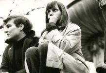 """Oben: Ostermarsch 1967Unten: Schreiaktion von Johann Jascha; Seine Aktionen gelten als radikal und kompromisslos. Im Lentos überrascht er mit der Rekonstruktion des Projekts """"Schöner Wohnen""""."""