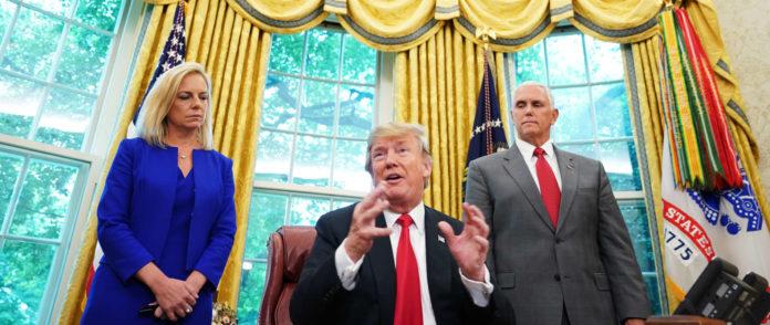 Wer ist der Verräter? Donald Trump im Oval Office flanktiert von Vize Mike Pence und Heimatschutzministerin Kirstjen Nielsen.