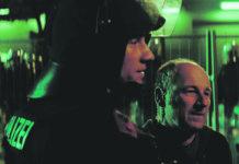 Düringer tritt in seiner Rolle als Vermittler zwischen Hooligans und WEGA auf.