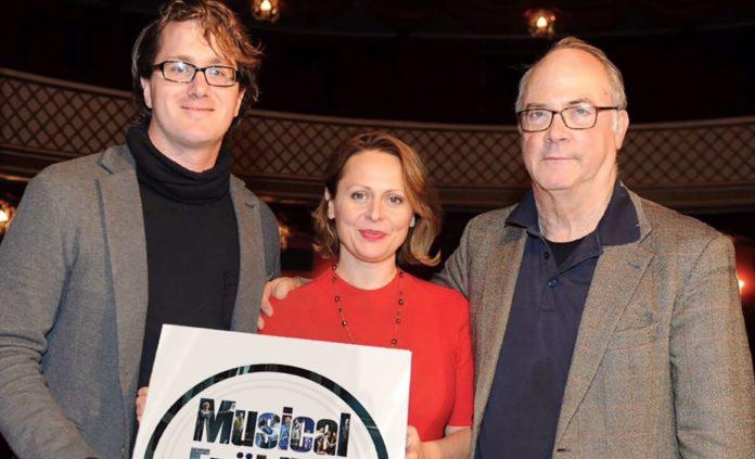 V. l.: Intendant Markus Olzinger, Elisabeth Sikora, die in die Rolle der Lara schlüpfen wird, und Caspar Richter, der musikalischer Leiter dieser Produktion