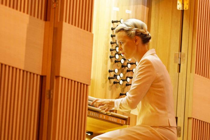 Iveta Apkalna an der neuen Brucknerhaus-Orgel.