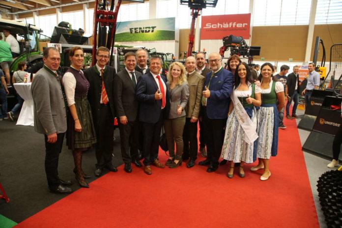 Bei der Eröffnung war auch Agrarlandesrat Max Hiegelsberger (6. v. r.) anwesend wie auch der Welser Bürgermeister Andreas Rabl (4. v. l.) und Eurothermen-Chef Markus Achleitner (3. v l.).