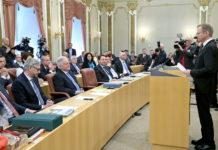 Landeshauptmann Thomas Stelzer bei seiner Antrittsrede im OÖ. Landtag — einen Großteil seiner damaligen Versprechen wie etwa eine Null-Schulden-Politik hat er bis zur aktuellen Halbzeit der Legislaturperiode bereits umgesetzt.