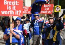 Brexit-Gegner demonstrieren in Birmingham vor dem Gebäude des Tory-Parteitages.