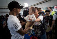 Formel-1-Weltmeister Lewis Hamilton (GBR, Mercedes) herzte in Suzuka seinen wohl jüngsten Fan.