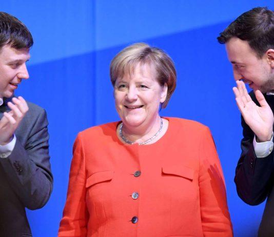 Einheitsapelle gegen den Absturz: Kanzlerin Merkel beklatscht von JU-Chefs Paul Ziemiak (r.) und Tobias Loose.