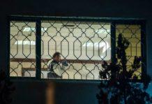 Ein türkischer Polizist bei der offenbar nicht ergebnislosen nächtlichen Durchsuchung des Saudi-Konsulates in Istanbul.Unten: Das mutmaßliche Mordopfer Khashoggi.