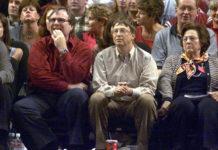 """Paul Allen (links) und Bill Gates gründeten Microsoft am 4. April 1975. Das Foto zeigt sie ein Vierteljahrhundert später bei einem Basketballspiel. Allen kaufte im Jahr 1988 das NBA-Team """"Portland Trail Blazers""""."""