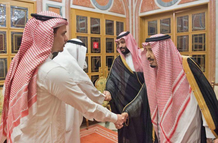 Bizarres Trauerspiel: Sudi-König Salman (r.) und Kronprinz Mohammed (2. v. r.) empfingen gestern in Riad Angehörige des in Istanbul von einem saudischen Kommando ermordeten Jamal Khashoggi (u.).