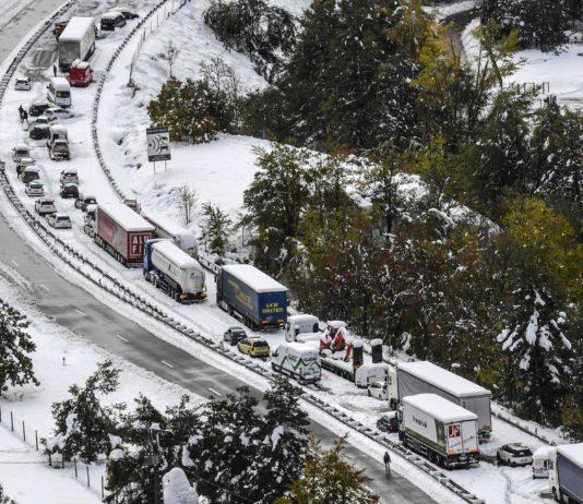 Im französischen Departement Haute-Loire saßen Hunderte Fahrzeuginsassen nach dem ungewöhnlich frühen Wintereinbruch auf den Straßen fest.Im italienischen Küstenort Rapallo herrscht Verwüstung.