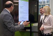 Edu-Group-Geschäftsführer Peter Eiselmair (l.) erläutert Bildungslandesrätin Christine Haberlander und Bildungsdirektor Alfred Kampfer die neue App.