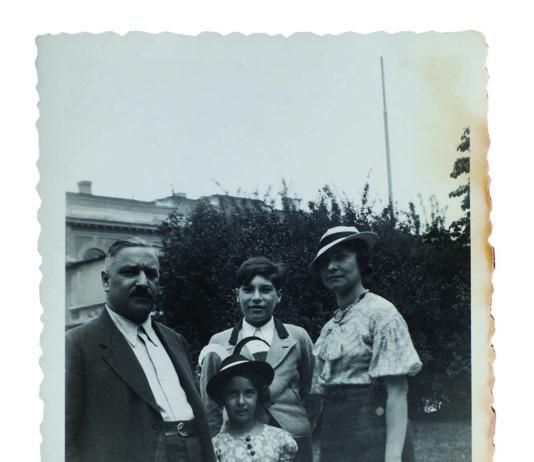 1935: Marie Donner (damals noch Spitz) im Alter von fünf Jahren mit Familie am Linzer Hessenplatz