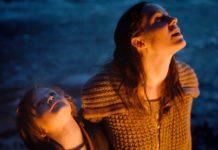 Adrian (Jeremy Miliker) und Helga (Verena Altenberger) schauen in den Nachthimmel.