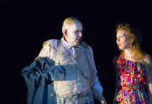Eindringlich: Der schmutzige Kommerzienrat (Klaus Müller-Beck) mit Karoline (Theresa Palfi)