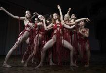 Kraftvolle Choreografien für Dakota Johnson (Bildmitte)