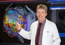Rhythmologe Prof. Helmut Pürerfellner sieht an dem 3-D-Modell des Herzens, wo die störenden Vernarbungen liegen.