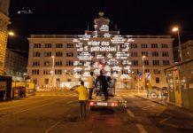 """Die """"niemand guerilla tour"""" durch Wien: Der Worte-Projektor wirkte — bedient von starsky — wie eine Waffe. Derzeit arbeitet sie an """"100 Jahre in 100 Minuten"""" anlässlich 100 Jahre Frauenwahlrecht."""