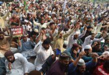 """""""Hängt Asia"""": Wütende Islamisten protestieren auf einer Massenkundgebung in Lahore gegen den Freispruch für Asia Bibi (unten), die weiter um ihr Leben fürchten muss."""