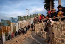 Blick ins Traumland: Die ersten Hundertschaften aus Honduras haben in Mexiko den US-Grenzzaun erreicht.