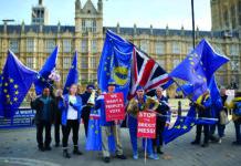 """Britische Spaltung: EU-Anhänger demonstrierten gestern in London für ein zweites Referendum (linkes Bild), EU-Gegner für einen """"harten Brexit"""". Zwischen den Fronten laviert Theresa May."""