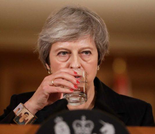 Premierministerin May wirkte gestern zwar erschöpft, sie blieb ihrer Linie aber treu und verteidigte den ausverhandelten Vertragsentwurf. Unterdessen traten unter anderem Brexit-Minister Raab und Arbeitsministerin McVey aus Protest zurück.