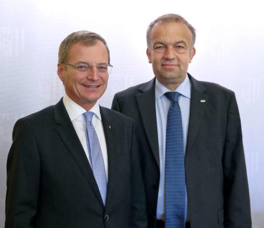 Mit 105 Millionen Euro Zusatz-Budget für die Linzer Universität kamen LH Thomas Stelzer und JKU-Rektor Meinhard Buzas (r.) von den Verhandlungen in Wien zurück.