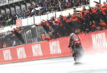 Der Spanier Pol Espargaro lässt die KTM-Crew mit Rang drei im Regen von Valencia jubeln.