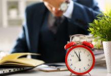 Die Regierung droht den Unternehmen, die sich bei der 12-Stunden-Regelung nicht an das Recht auf Freiwilligkeit halten.